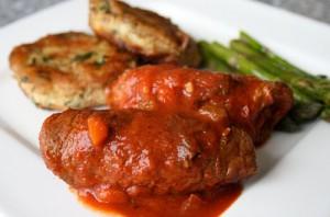 Biftek Rrole me Salcë Domateje e Verë të Kuqe
