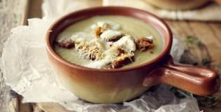 Supë qepe dhe bukë e thekur me djathë